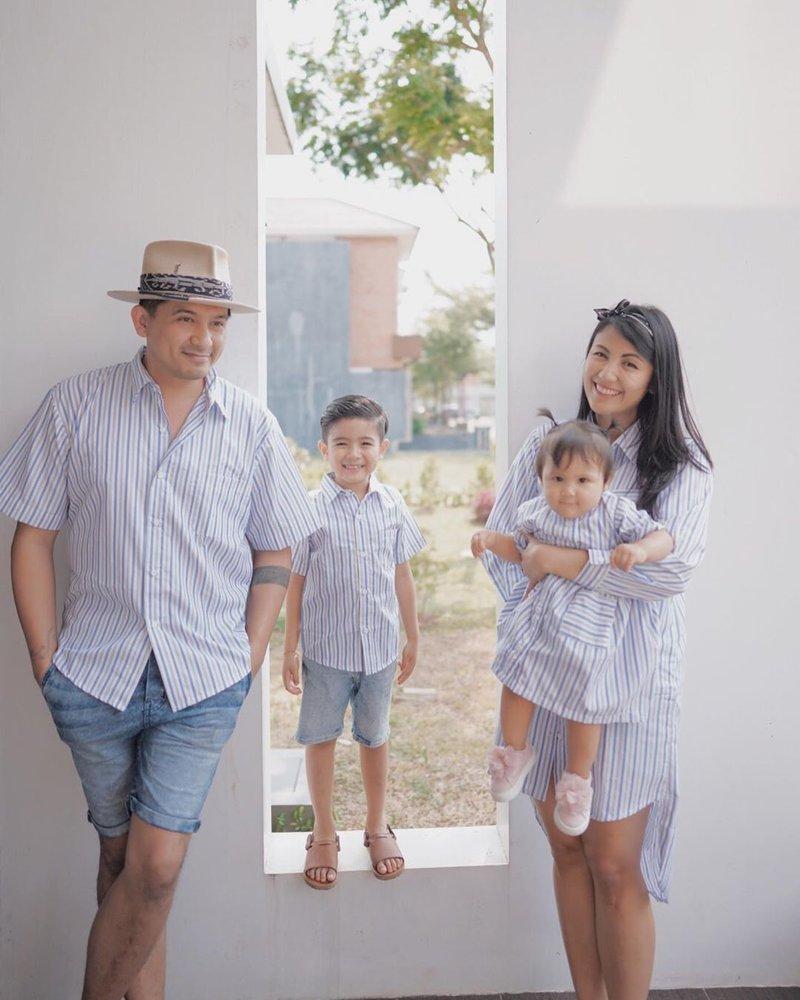 inspirasi busana kembar keluarga Sharena dan Ryan Delon