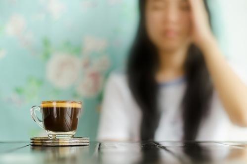obat sakit kepala alami-minum kopi