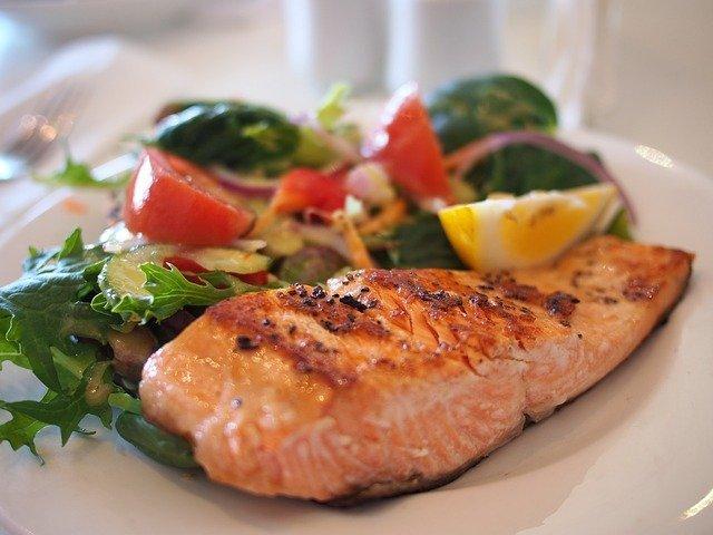 Ikan berlemak seperti salmon juga cocok untuk diet