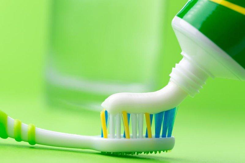 sepatu putih pasta gigi sikat gigi