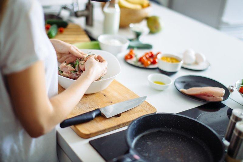 menyiapkan bahan masakan
