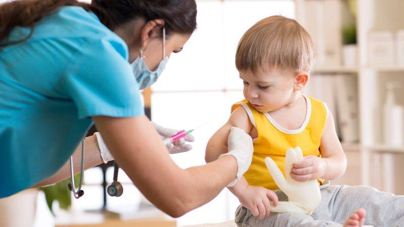 Bolehkah memandikan anak setelah imunisasi?
