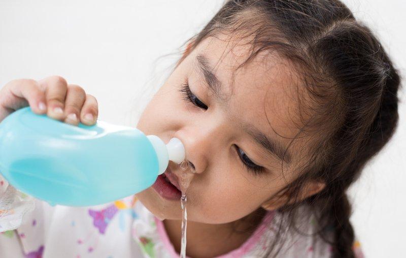 anak mencuci hidung