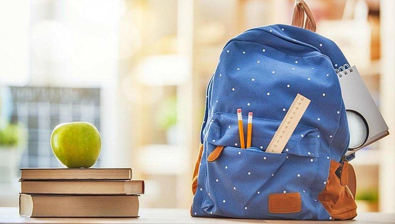 supaya rapi dan teratur, ajarkan si kecil 4 tips menata isi tas sekolah ini 1