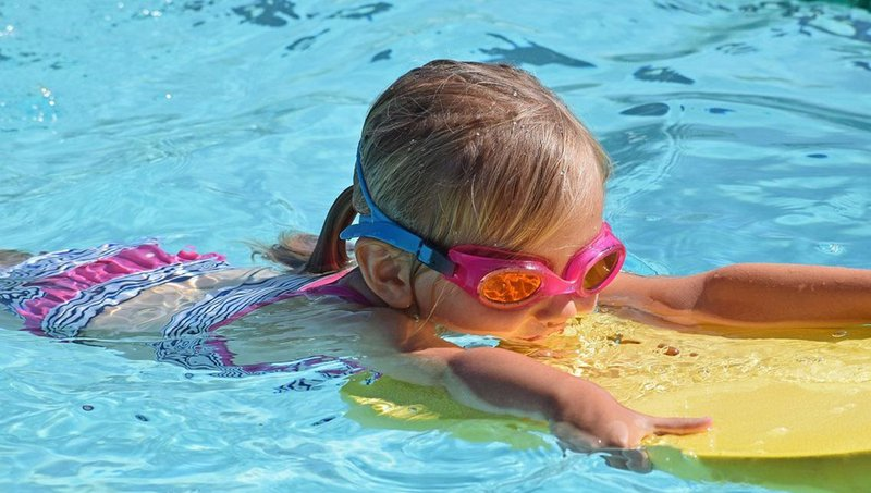 supaya tidak kram, ajarkan anak 5 gerakan pemanasan sebelum berenang 5