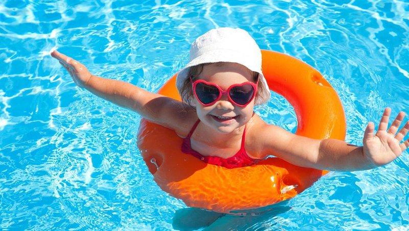 supaya tidak kram, ajarkan anak 5 gerakan pemanasan sebelum berenang 4