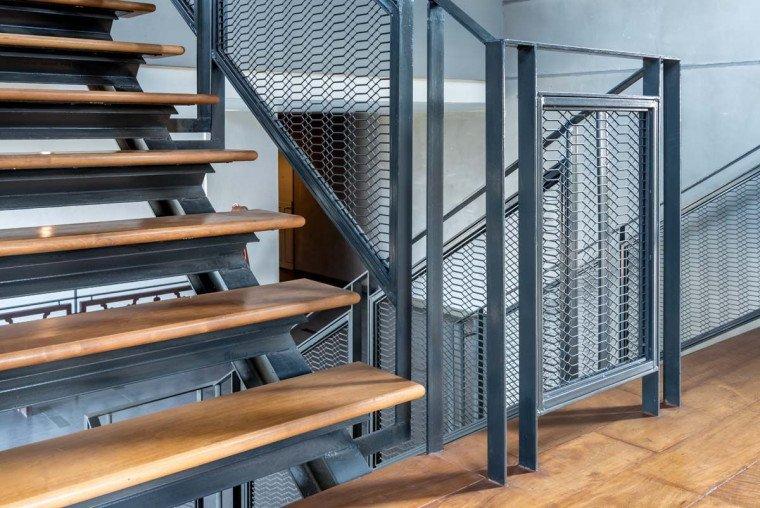 tangga rumah tipe industrial.jpg