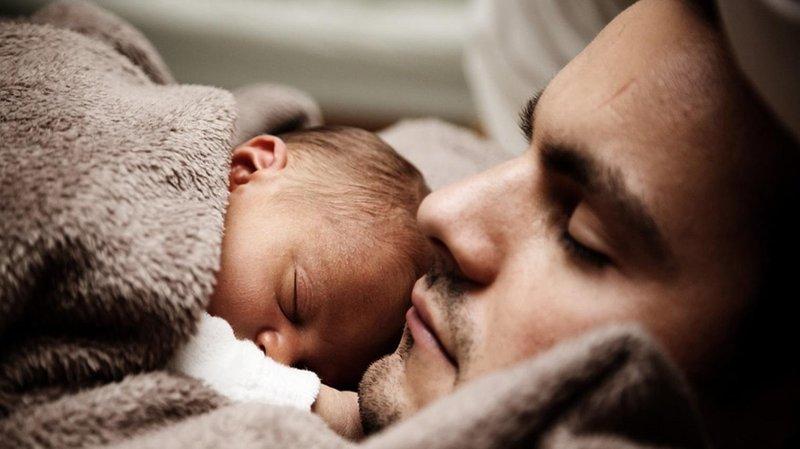 tertidur saat menggendong atau memeluk bayi