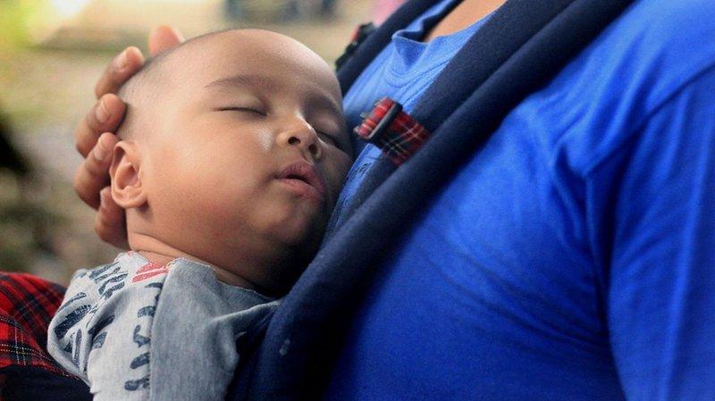 tidak menopang kepala dan leher bayi saat menggendong