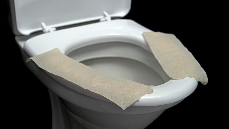 menggunakan toilet umum
