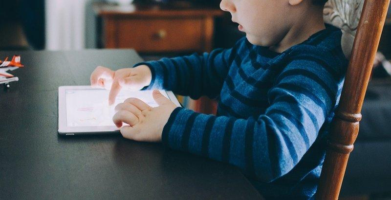 touchscreen, sisi negatif mainan elektronik untuk balita.jpg