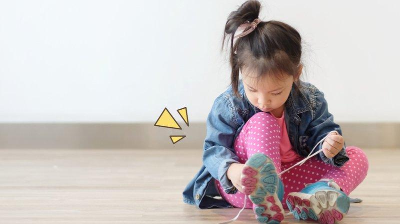 cara mengajarkan anak mengikat tali sepatu