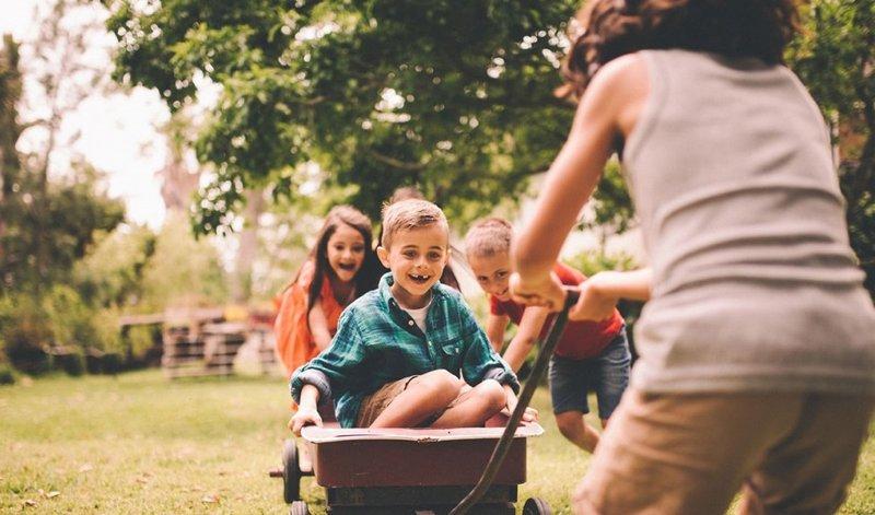 anak bermain di alam bebas