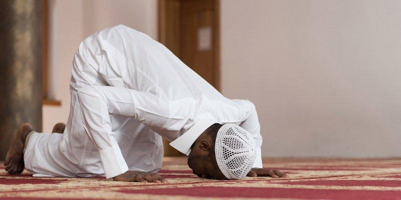 web3-muslim-islam-prayer-prostrate-african-muslim-temple-dishdasha-shutterstock.jpg
