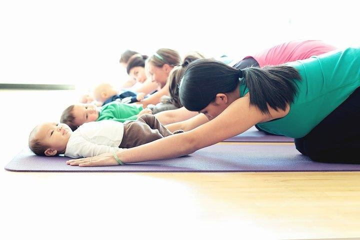 xx pose yoga yang bisa moms lakukan bersama si kecil 1