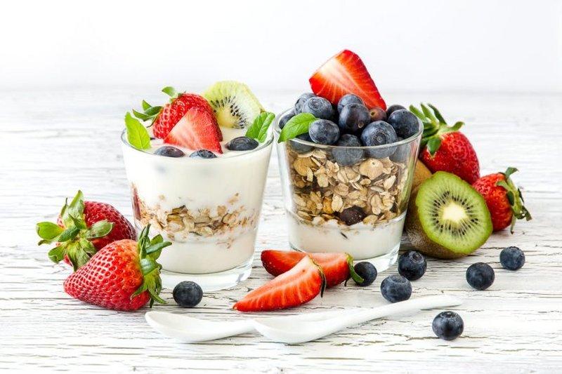 yoghurt dan buah segar merupakan makanan sehat untuk anak yang bisa menambah energi.jpg